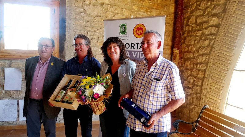 La nostra cooperativa acull la descoberta oficial de la placa dels logos que identifiquen les cooperatives certificades amb DOP Les Garrigues